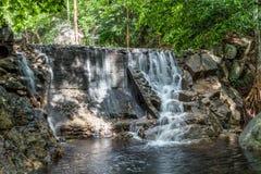 Huai Yang Liten vattenfall med vattenrörelse i djup regnskog royaltyfria foton