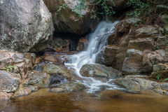 Huai Yang Pequeña cascada con el movimiento del agua en selva tropical profunda imagenes de archivo