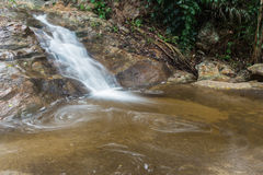 Huai Yang Pequeña cascada con el movimiento del agua en selva tropical profunda fotografía de archivo