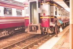 Hualampong stacja kolejowa Bangkok, Grudzień, 2018: solo podróżnik Tajlandia taborową znalezienie platformą dostawać wewnątrz fotografia royalty free