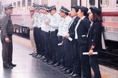 Hualampong stacja kolejowa Bangkok, Grudzień, 2018: Taborowy personel Tajlandzka kolej przygotowywa słuzyć ludzi na pociągu zdjęcia royalty free
