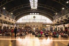 Hualampong stacja kolejowa Bangkok Tajlandia Grudzień 2018, ludzie przychodzący stacja kolejowa czekać na przyjazd trenuje dostaw zdjęcia stock