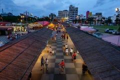 Hualien, Taiwán 4-May-2018 Vista elevada del mercado de la noche de Dongdamen foto de archivo libre de regalías