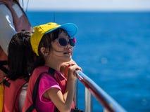Hualien Taiwan - September 22, 2018: En flicka som söker efter delfin på kusten av Hualien arkivbild