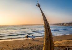 Huanchaco-Strand und die traditionellen Reedboote u. das x28; Caballitos de Totora& X29; - Trujillo, Peru Lizenzfreies Stockbild