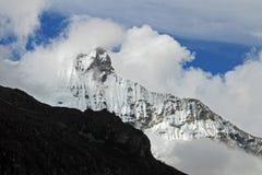 Huandoy bergmaximum i den peruanska Cordillera Blancaen Arkivbild