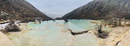 Huang Długich średniogórzy Zielone Jeziorne góry Śnieżne zdjęcia stock