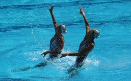 Huang Xuechen en de Zon Wenyan van team China concurreren tijdens gesynchroniseerde het zwemmen dueten vrije routine inleidend va Stock Fotografie