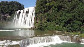 Huangguoshu vattenfall (Guling-frukt trädvattenfall) arkivfilmer