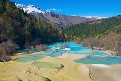 Huanglong kolorowi baseny tworzący kalcytów depozytami fotografia royalty free