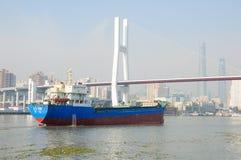 Huangpu River och Nanpu bro Royaltyfria Foton