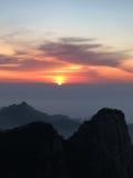 Huangshan berg på soluppgång Arkivfoto