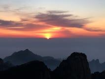 Huangshan berg på soluppgång Arkivfoton