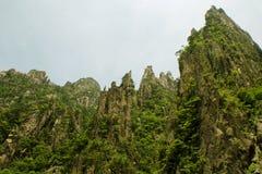 Huangshan dalla valle qui sotto, alti picchi immagini stock libere da diritti