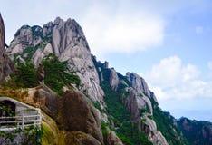 Huangshan gulnar berget på det Anhui landskapet Kina i en Sunny Day arkivbilder