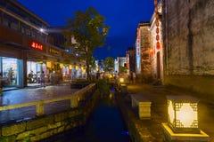 Huangshan Tunxi stad, Kina - circa September 2015: Gator av den gamla staden Huangshan vid natt Royaltyfri Foto