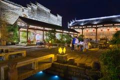 Huangshan Tunxi stad, Kina - circa September 2015: Gator av den gamla staden Huangshan vid natt Royaltyfri Bild