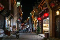 Huangshan Tunxi stad, Kina - circa September 2015: Gator och shoppar av den gamla staden Huangshan vid natt Royaltyfri Fotografi