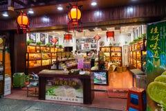 Huangshan Tunxi stad, Kina - circa September 2015: Gator och shoppar av den gamla staden Huangshan vid natt Royaltyfri Foto