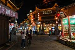 Huangshan Tunxi stad, Kina - circa September 2015: Gator och shoppar av nattmarknad av den gamla staden Huangshan vid natt Arkivbilder