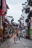 Huangshan Tunxi stad, Kina - circa September 2015: Stadsgator av den gamla staden Huangshan i Kina med orientalisk arkitektur Royaltyfri Foto