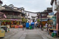 Huangshan Tunxi stad, Kina - circa September 2015: Stadsmarknad och diversehandel av den gamla staden Huangshan i Kina med den or Royaltyfri Foto