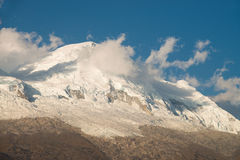 Huascaran coronado de nieve durante puesta del sol Imágenes de archivo libres de regalías