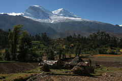 Huascaran, o pico o mais elevado em Peru Foto de Stock