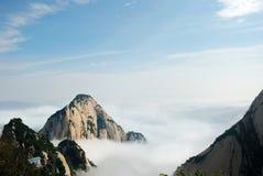 Huashan berg i molnet Arkivfoton