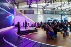 Huawei IuK-Hochschuleröffnungsfeier Besucher auf Ausstellung CeBIT 2017 in Hannover Messe, Deutschland Stockfoto