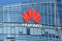Huawei logo på en byggnad royaltyfri foto