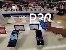 Huawei P30 serie - chi?ska firma telefoniczna zdjęcie stock