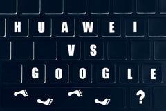Huawei vs Google Inskrypcja na klawiaturze Konfrontacja światowi giganty obrazy stock