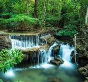 Huay Mae Kamin siklawa w Tropikalnym zielonym lesie, Kanchanaburi, Fotografia Stock