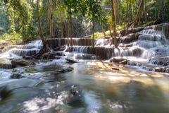 Huay Mae Kamin vattenfall i Kanjanaburi, Thailand fotografering för bildbyråer