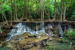 Huay Mae Kamin Waterfall bij Tropisch bos, Kanchanaburi, Thail Stock Afbeeldingen