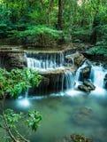 Huay Mae Kamin Waterfall bij Tropisch groen bos, Stock Afbeeldingen