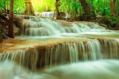 Huay Mae Kamin Waterfall dans la province de Kanchanaburi de parc national, Thaïlande photographie stock libre de droits