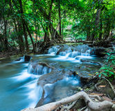 Huay Mae Kamin Waterfall in groen bos, Kanchanaburi, Thailand Stock Foto