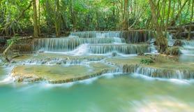 Huay Mae Kamin Waterfall i det Kanchanaburi landskapet Arkivbild