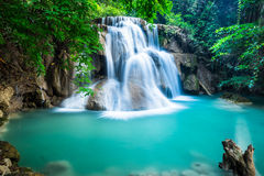 Huay Mae Kamin Waterfall in Kanchanaburi-provincie, Thailand royalty-vrije stock fotografie
