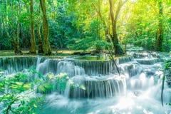 Huay Mae Kamin Waterfall på Kanchanaburi i Thailand royaltyfri fotografi