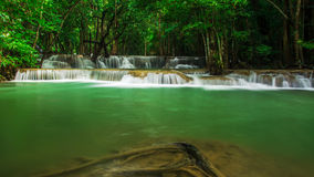 Huay Mae Khamin, καταρράκτης παραδείσου που βρίσκεται στο βαθύ δάσος της Ταϊλάνδης Στοκ Εικόνες