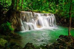 Huay Mae Khamin, водопад рая расположенный в глубоком лесе Таиланда Стоковые Изображения