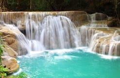 Huay Mae Khamin, paradisvattenfall som lokaliseras i djup skog av Th Arkivbild