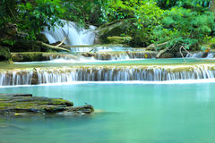 Huay Mae Khamin, paradisvattenfall som lokaliseras i djup skog av Th Royaltyfri Bild