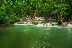 Huay Mae Khamin, paradisvattenfall som lokaliseras i djup skog av Thailand Royaltyfria Bilder