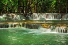 Huay Mae Khamin, paradisvattenfall som lokaliseras i djup skog av Thailand Arkivbild