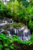 Huay Mae Khamin, paradisvattenfall som lokaliseras i djup skog av Thailand Royaltyfri Bild