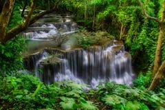 Huay Mae Khamin, paradisvattenfall som lokaliseras i djup skog av Thailand Royaltyfri Foto